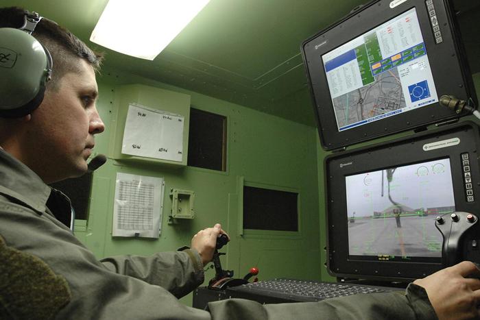 2008년 이라크의 알리 공군기지에서 MQ-1 프레데터 무인기를 조종하고 있는 영국 공군 소령 ⓒ U.S. Air Force