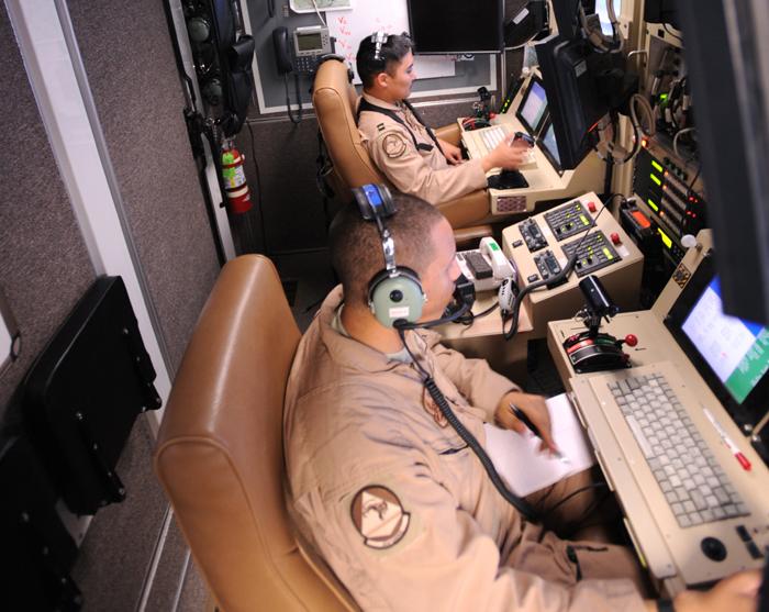 2009년 아프가니스탄의 칸다하르 공군기지에서 MQ-9 리퍼 무인기를 조종하고 있는 미 공군 장병들 ⓒ U.S. Air Force